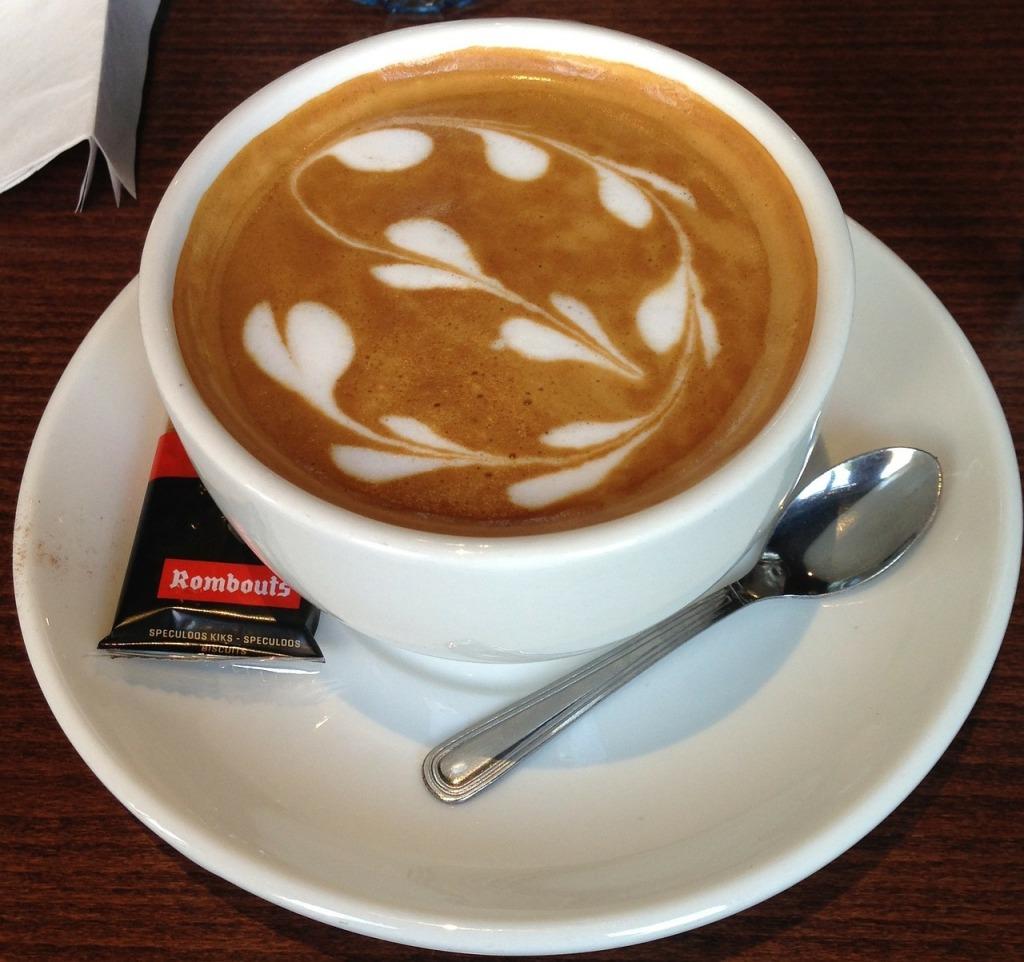 latte-art-kreise-dunkel-weiss