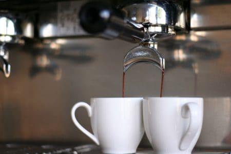 Zwei Espressotassen unter Siebträger Maschine