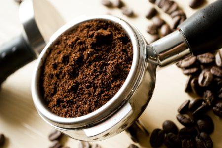 Espressopulver im Siebträger mit Tamper-Stempel