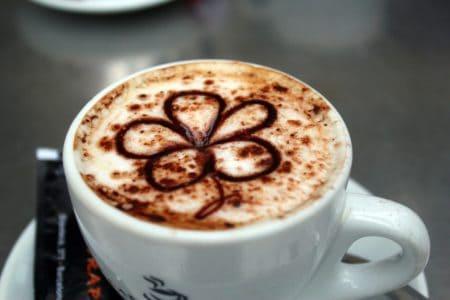 Latte Art mit Sirup auf Milchschaum gezeichnet