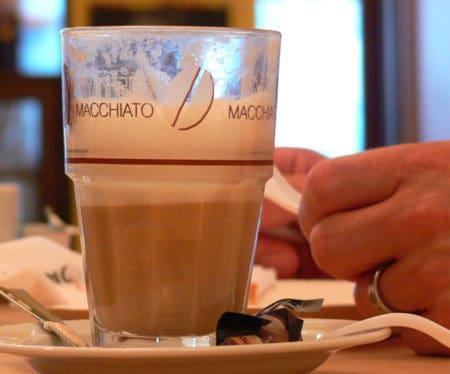 Latte Macchiato im Glas serviert