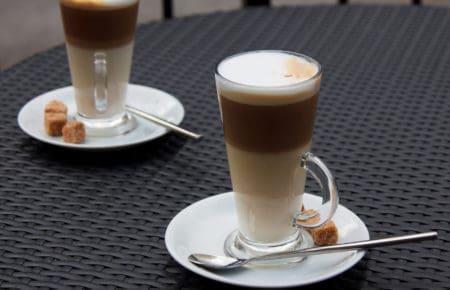 Latte Macchiato im Glas mit Löffel