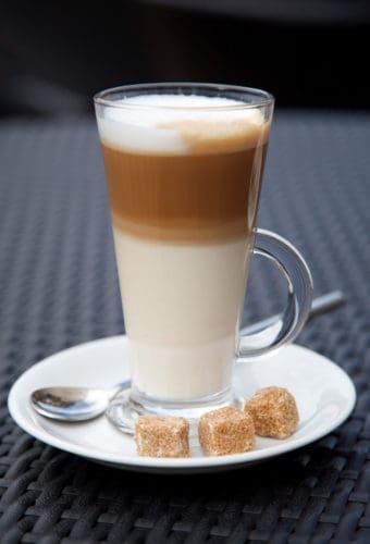 Glas Latte Macchiato mit Würfelzucker